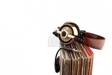 Photo pour Casque rétro pour audio professionnel avec disques vinyle vintage . - image libre de droit