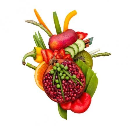 Photo pour Concept d'aliments sains d'un cœur humain en fruits et légumes qui réduisent le risque de la mort, isolé sur blanc. - image libre de droit