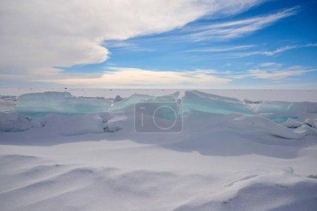 Photo pour Un hummock de glace est un bossu ou un monticule arrondi de glace s'élevant au-dessus du niveau général d'un champ de glace. - image libre de droit