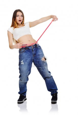 Photo pour Mignonne jeune fille mesure la taille avec une bande rose sur fond blanc. perte de poids, alimentation, fitness, mode de vie , - image libre de droit