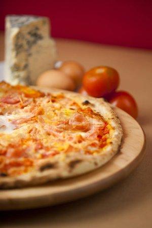 Photo pour Handmade pizza in a wood oven restaurant gourmet - image libre de droit