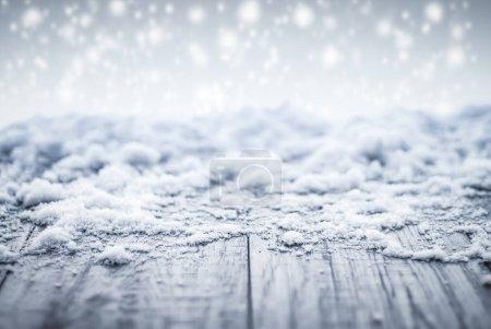Photo pour Scène d'hiver fond avec un bureau en bois avec des flocons de neige. - image libre de droit