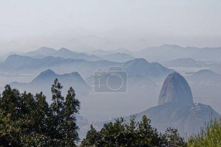 Foto de Vista desde Corcovado hacia Río de Janeiro y luego algo - Golfo de Guanabara y Montaña Sugarloaf - Imagen libre de derechos