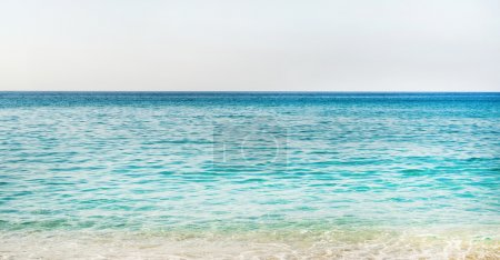 Photo pour Toutes les nuances de bleu marine. Eau de mer turquoise bleu clair de la mer Méditerranée à la plage Cleopatra à Alanya, région d'Antalya, côte turque. Gradient de bleu sur la Riviera turque - image libre de droit