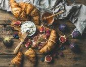 """Постер, картина, фотообои """"Завтрак со свежеиспеченными круассанами"""""""