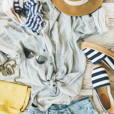 Photo pour Été tenue flatlay. Vêtements pour femmes, parquet fond d'été couleur pastel - image libre de droit