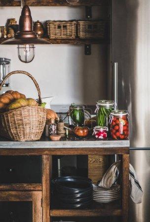 Photo pour Décapage et mise en conserve des légumes d'automne. Ingrédients frais et pots de verre avec conserves maison de légumes sur le comptoir de cuisine. Concept d'aliments fermentés organiques sains - image libre de droit