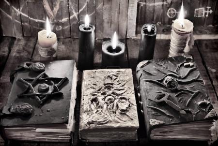 Photo pour Mystique nature morte avec objets occultes effrayants, horreur Halloween et le concept de magie noire - image libre de droit