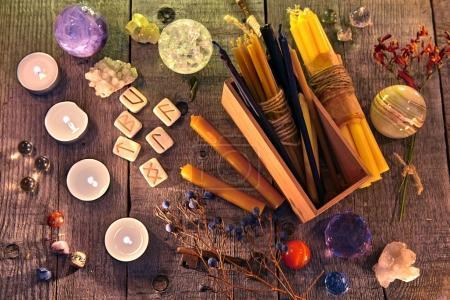 Photo pour Runes anciennes, bougies, cristaux, herbes et objets rituels magiques sur les planches. Occultisme, ésotérisme et divination concept. Fond d'Halloween avec des objets vintage - image libre de droit