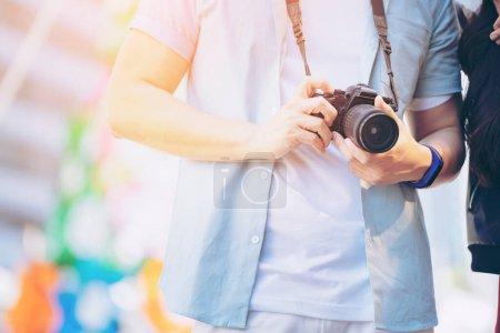 Photo pour Couple Homme Femme voyageur avec valise sur fond de bâtiment du centre d'affaires. - image libre de droit