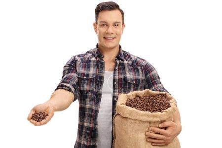 agriculteur, offrant des grains de café d'un sac de toile de jute