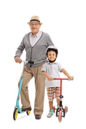 Älterer Mann und ein kleiner Junge mit Motorroller