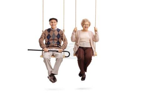 Foto de Anciano y una anciana sentada en oscilaciones aisladas sobre fondo blanco - Imagen libre de derechos