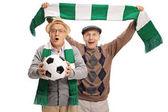 Nadšený starší fotbaloví fanoušci jásají