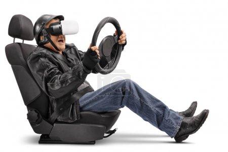 Biker sitzt im Autositz und benutzt vr-Headset