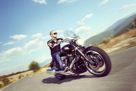 Photo pour Un type en moto sur une route ouverte - image libre de droit