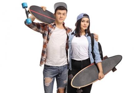 Photo pour Adolescent garçon et un adolescent fille avec longboards isolé sur fond blanc - image libre de droit