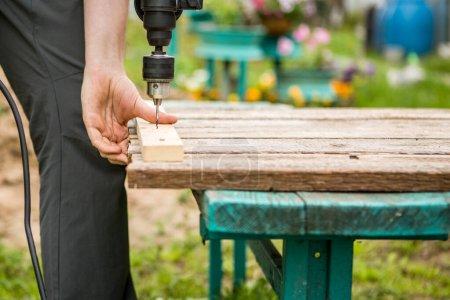 Photo pour Homme avec travaux de forage dans le parc pendant la journée - image libre de droit