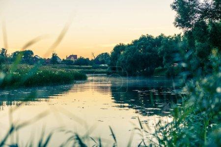Photo pour Photo du soir d'un paysage pittoresque avec rivière en été - image libre de droit