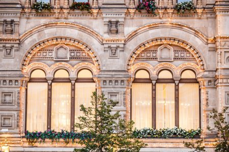 Photo pour Image de bâtiment avec des guirlandes et des fleurs le jour de l'été - image libre de droit
