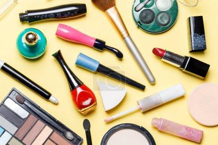 Photo pour Photo en haut de différents cosmétiques sur fond jaune - image libre de droit