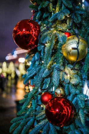 Photo pour Photo des sapins décorés du Nouvel An dans la rue en soirée - image libre de droit
