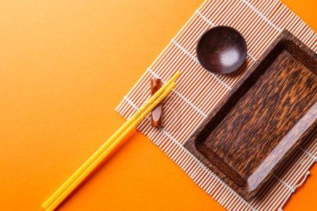 Photo pour Photo de bâtonnets chinois, bol pour sauce de soja, assiette pour sushi - image libre de droit