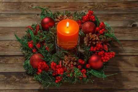 Photo pour Advent couronne avec bougie sur table en bois. Période de Noël. - image libre de droit