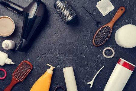 Photo pour Image d'accessoires de coiffeur, sèche-cheveux, peignes, en cercle sur fond noir vide, espace pour le texte - image libre de droit