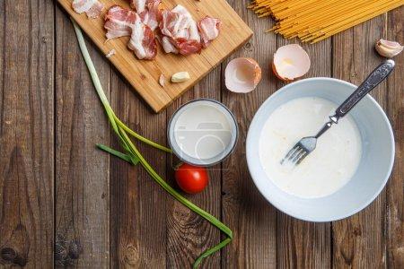 Photo pour Bureau en bois avec bacon et ingrédients pour sauce - image libre de droit