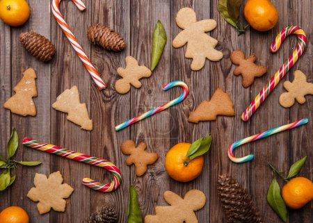 Photo pour Sucreries de Noël sur table en bois ornées de mandarines - image libre de droit