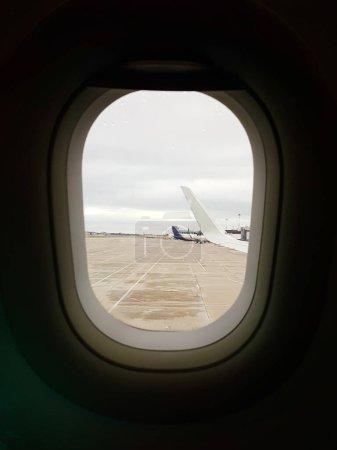 Photo pour Photo de l'aile de l'avion depuis le hublot pendant la journée - image libre de droit