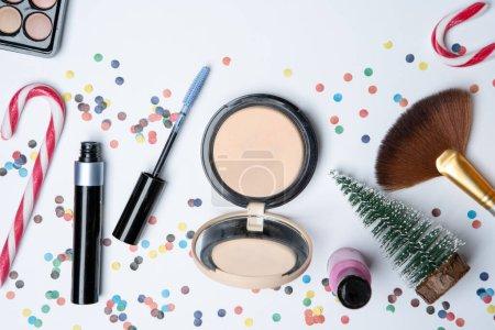 Photo pour Image sur le dessus des ombres à yeux, des brosses, de la canne à sucre, du vernis à ongles sur une table blanche vide - image libre de droit