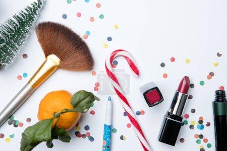 Photo pour Image sur le dessus des brosses, mandarine, canne à sucre, vernis à ongles sur table blanche vide - image libre de droit