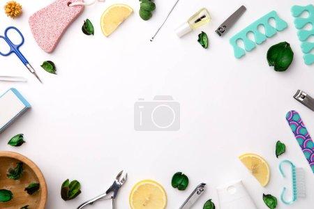 Photo pour Vue de dessus des outils de manucure et pédicure sur fond blanc - image libre de droit