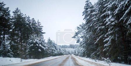 Photo pour Photo d'une route d'hiver enneigée par jour - image libre de droit