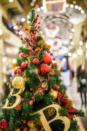 Photo pour Photo d'un arbre de Noël décoré en magasin sur fond flou - image libre de droit