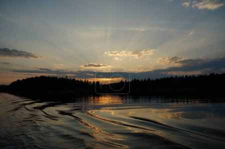 Photo pour Paysage du lac à proximité de la montagne avec arbres - image libre de droit