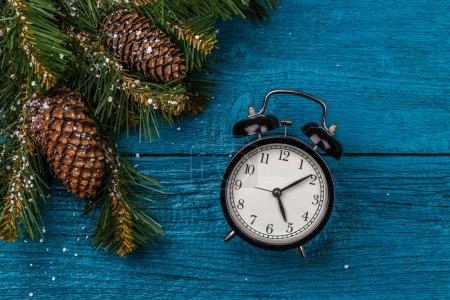 Photo pour Tableau de Noël avec branches de sapin, cônes et horloges - image libre de droit