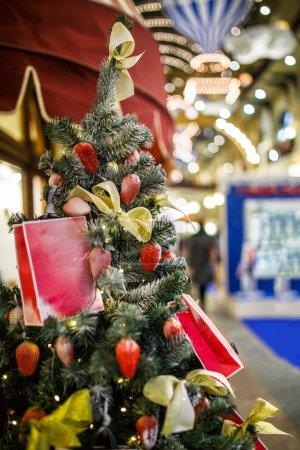 Photo pour Photographie du sapin décoré du Nouvel An sur fond flou en magasin - image libre de droit