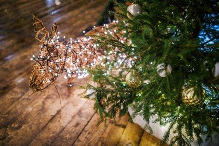 Foto de Foto de Abeto de Navidad con decoración, ciervo en la habitación - Imagen libre de derechos