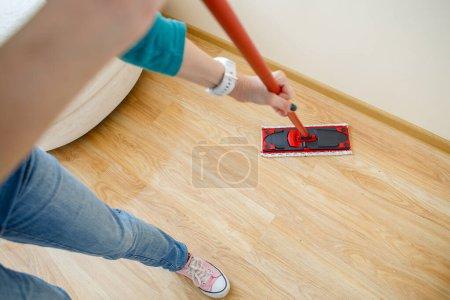 Photo pour Photo de l'homme avec lave-vadrouille plancher dans l'appartement - image libre de droit