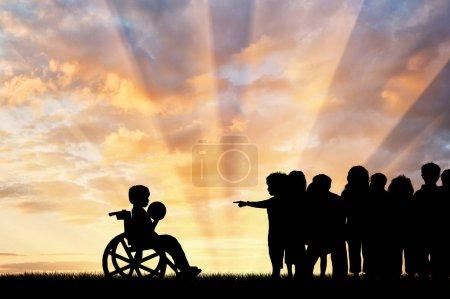 Photo pour Enfant handicapé dans un fauteuil roulant avec une balle et les enfants ne veulent pas jouer avec lui. Concept d'enfants handicapés - image libre de droit
