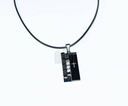 Amulet z katolickim krzyżem. atrybut religijny.