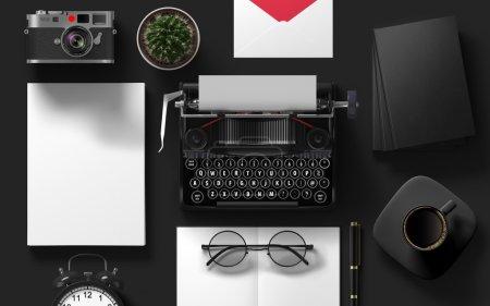 Photo pour Modèle de marque Mockup. Ensemble d'objets de collage isolé en arrière-plan noir vide. Identité d'entreprise 3d concept. Machine à écrire, papier, tasse avec café, enveloppe, horloge, lunettes, plante, caméra rétro - image libre de droit