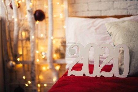 Photo pour Les chiffres blancs de 2020 clôturent avec les lumières du nouvel an. - image libre de droit