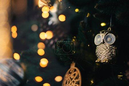 Photo pour Arbre de Noël en gros plan avec des lumières dorées à l'arrière-plan. - image libre de droit