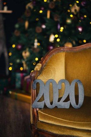 Photo pour Les chiffres noirs de 2020 se rapprochent des lumières du nouvel an. - image libre de droit