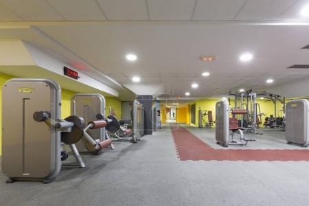 Photo pour Intérieur d'une salle de gym avec équipement - image libre de droit
