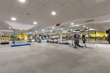 Innenraum einer Turnhalle mit Geräten